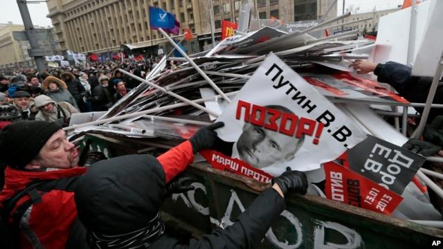 Dân Nga biểu tình phản đối, ném vào thùng rác ảnh của Tổng thống Nga và các thành viên quốc hội đã biểu quyết luật cấm người Mỹ nhận trẻ em Nga làm con nuôi