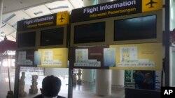 Layar informasi jadwal penerbangan terlihat kosong di Bandara Internasional Ngurah Rai, Bali, Kamis, 14 Oktober 2021. (AP Photo/Firdia Lisnawati)