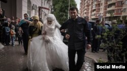 Luiza Qoylabiyeva Maqomed Daudovun müşayiətilə nikah sarayına gətirilir