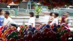 جکارتہ کی ایک مارکیٹ میں سستے چینی کھلونوں کا ڈھیر