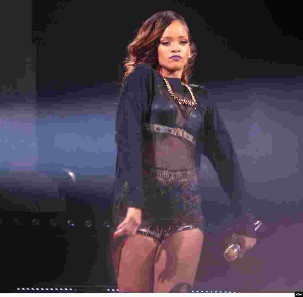 Rihanna cautiva Washington con su música y su sensualidad.