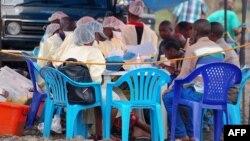 Minganga mpe bayi bokolongo bazali kopesa mangwele ya Ebola, Goma, Nord-Kivu, 7 août 2019.