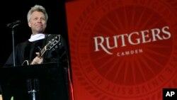 Bintang rock dan filantropis Jon Bon Jovi tampil di acara kelulusan Rutgers University-Camden (21/5) di Camden, New Jersey. (AP/Mel Evans)
