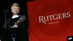 Pidato wisuda oleh rocker Jon Bon Jovi di Universitas Rutgers, di negara bagian New Jersey (foto: dok).