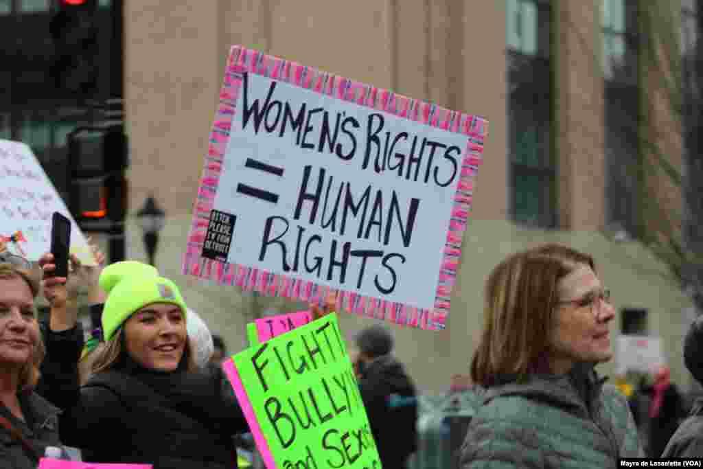 Marcha das Mulheres, um movimento contra a presidência de Donald Trump. Milhares estão em Washington DC para demonstrar a sua insatisfação e apoio a Hillary Clinton e aos direitos das mulheres