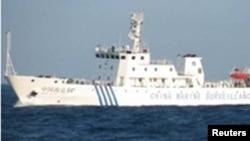 中国海监船2012年4月10日在斯卡伯勒浅滩海域拦阻菲律宾军舰,不让菲方逮捕中国渔民
