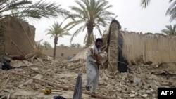 Cư dân Pakistan sống sót sau trận động đất khiêng một con dê ra khỏi đống đổ nát của ngôi nhà bị sụp đổ trong khu vực Mashkail ở tỉnh Baluchistan, ngày 17/4/2013.