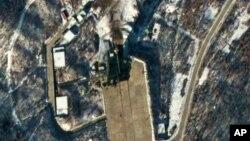 """Foto udara Stasiun Peluncuran Satelit dan rudal """"Sohae"""" di Tongchang-ri, Korea Utara (foto: dok)."""