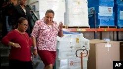 Menteri Kesehatan Haiti, Florence Duperval Guillaume (kiri) bersama mantan ibu negara Sophia Martelly di Port-au-Prince, Haiti.