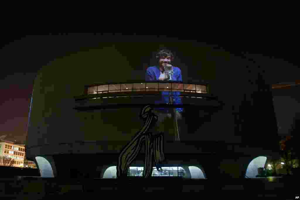 """Tanınmış sanatçı Doug Aitken'ın """"Song 1"""" adlı sergisi, güneşin batımından geceyarısına kadar Washingtonluların ziyaretine açık. (Fotoğraf: Alparslan Esmer)"""