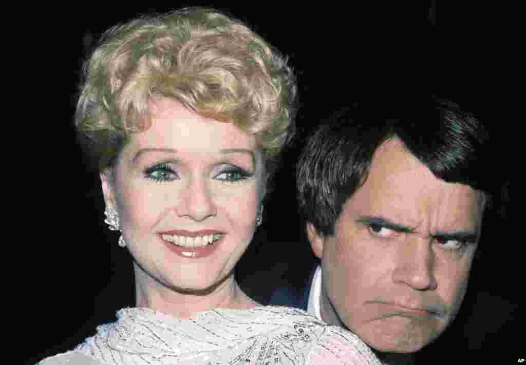 តារាភាពយន្ត អ្នកស្រី Debbie Reynolds ជាមួយនឹងតារាកំប្លែង Rich Little ក្នុងទីក្រុង Los Angeles កាលពីថ្ងៃទី២០ មីនា ឆ្នាំ ១៩៨២។