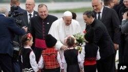 Na aerodromu u Sofiji, papu Franju su dočekala deca u narodnim nošnjama, 5. maja 2019.
