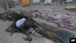 21일 나이지리아 아드마와주 무비의 이슬람 사원에서 폭탄 공격이 발생한 후 희생자들의 시체가 천으로 덮여있다.