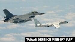 2018年5月11日 台灣國防部照片顯示台灣F-16戰機(左)與飛越台灣以南巴士海峽的中國空軍H-6K轟炸機並行飛行