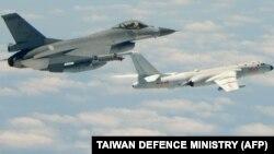 រូបឯកសារ៖ រូបដែលត្រូវបានថតកាលពីថ្ងៃទី១១ ខែឧសភា ឆ្នាំ២០១៨ ដោយក្រសួងការពារជាតិតៃវ៉ាន់នេះ បង្ហាញពីយន្ដហោះចម្បាំង F-16 របស់តៃវ៉ាន់ហោះទន្ទឹមគ្នានឹងយន្ដហោះទម្លាក់គ្រាប់បែក H-6K របស់ចិន។