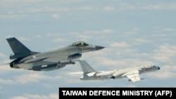 This handout photograph taken and released on May 11, 2018 by Taiwan's Defence Ministry shows a Republic of Pesawat tempur F-16 milik Angkatan Udara Taiwan terbang di samping pesawat pengebom H-6K milik Angkatan Udara China, 11 Mei 2018.