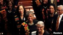 امریکی کانگریس کی خواتین ڈیموکریٹ ارکان نے اجلاس میں سیاہ لباس میں شرکت کی۔ سیاہ لباس زیبِ تن کرنے کا مقصد خواتین کو جنسی طور پر ہراساں کرنے کے خلاف جاری مہم '#می ٹو' کے ساتھ اظہارِ یکجتی کرنا تھا