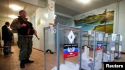 Binh sĩ thuộc phe ly khai thân Nga canh gác tại một địa điểm bầu cử ở Telmanovo, phía nam Donetsk, ngày 2/11/2014.