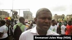 Franklin Sone Bayen, journaliste freelance anglophone, lors d'une manifestation au boulevard du 20 mai, à Yaoundé. , le 12 novembre 2017. (VOA/Emmanuel Jules Ntap)