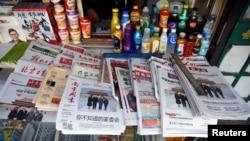 Beberapa koran China di sebuah kios di Beijing, China, 9 November 2017. (Foto: Reuters)