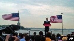 洪博培以自由女神像为背景宣布参选美国总统