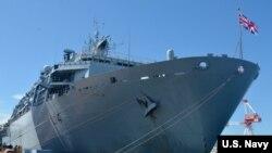"""英国皇家海军""""海神之子""""号军舰驶过""""西沙群岛""""前先访问日本横须贺港美国海军基地(美国海军照片)"""