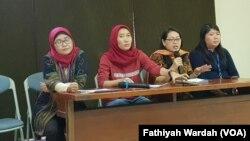 Jaringan Kerja Prolegnas Pro Perempuan dalam jumpa pers di Jakarta, Rabu (29/5) menyesalkan sikap pemerintah yang tidak melibatkan masyarakat sipil dalam penyusunan Rancangan Undang-undang (RUU) Penghapusan Kekerasan Seksual (foto: VOA/Fathiyah Wardah)