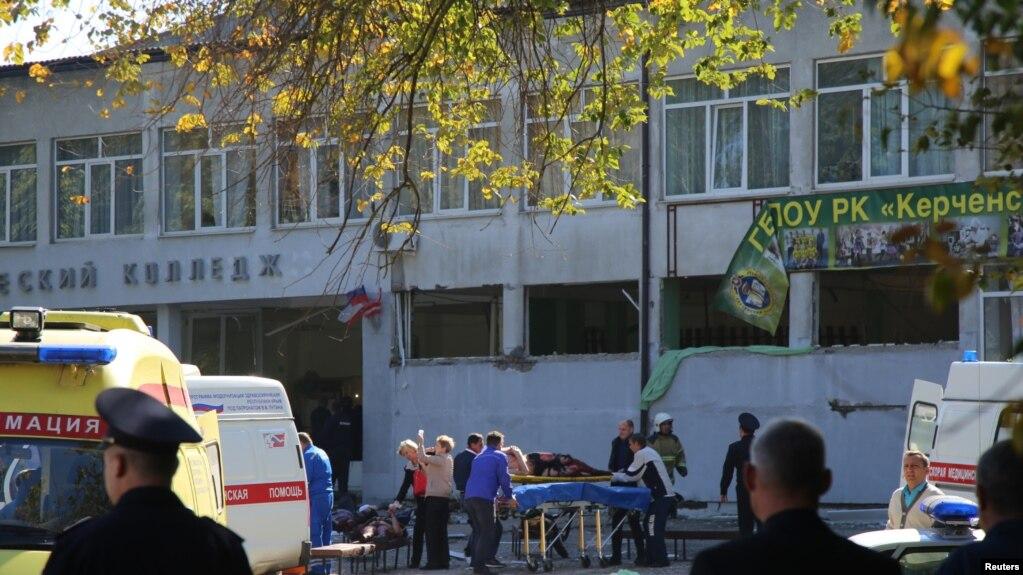 Các xe cấp cứu đưa người bị thương đi sau một vụ tấn công làm 17 người chết tại một trường họp ở thành phố Kerch của Crimea, Nga.