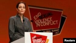 Artis Angelina Jolie saat memberikan sambutan di pertemuan puncak global untuk mengakhiri kekerasan seksual di wilayah konflik, di ExCel Centre, London (13/6).