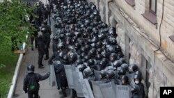 Luganskda ukrain qo'shinlari hukumat binosini qo'riqlayapti.