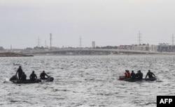 Penyelam dari Tim SAR melakukan operasi pencarian korban kapal terbalik di Danau Mariout, 20 kilometer barat kota Alexandria, Mesir, 23 Februari 2021.