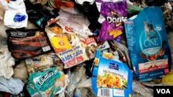 Sejumlah sampah plastik kemasan produk asal luar negeri yang ada di Mojokerto (foto: Petrus Riski/VOA).