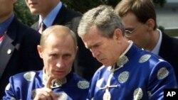 რუსეთის პრეზიდენტი ვლადიმირ პუტინი და აშშ-ის პრეზიდენტი ჯორჯ ბუში (უმცროსი)