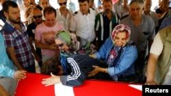 Người thân của cô Gulsen Bahadir, một nạn nhân trong vụ tấn công sân bay Ataturk hôm thứ Ba, than khóc bên linh cữu được phủ cờ trong đám tang của cô ở Istanbul, Thổ Nhĩ Kỳ, ngày 29 tháng 6 năm 2016.