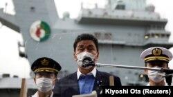"""日本防卫大臣岸信夫在美国位于横须贺的海军基地参观了英国""""伊丽莎白女王""""号航母后对媒体发表讲话。(2021年9月6日)"""