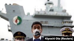 Bộ trưởng Quốc phòng Nhật Bản Nobuo Kishi nói chuyện với truyền thông sau khi ông thăm tàu sân bay HMS Queen Elizabeth của Hải quân Hoàng gia Anh tại căn cứ hải quân Hoa Kỳ ở Yokosuka, tỉnh Kanagawa, Nhật Bản ngày 6 tháng 9 năm 2021. Kiyoshi Ota / Pool via REUTERS
