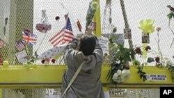 미국 뉴욕 세계무역센터 빌딩 터에 조화를 꽂고 있는 여행객(자료사진)