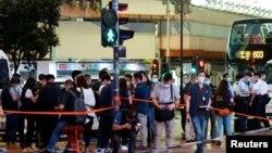 香港鬧市於7月1日晚發生襲擊警察案。大批警員在現場調查並拍照。(路透社)