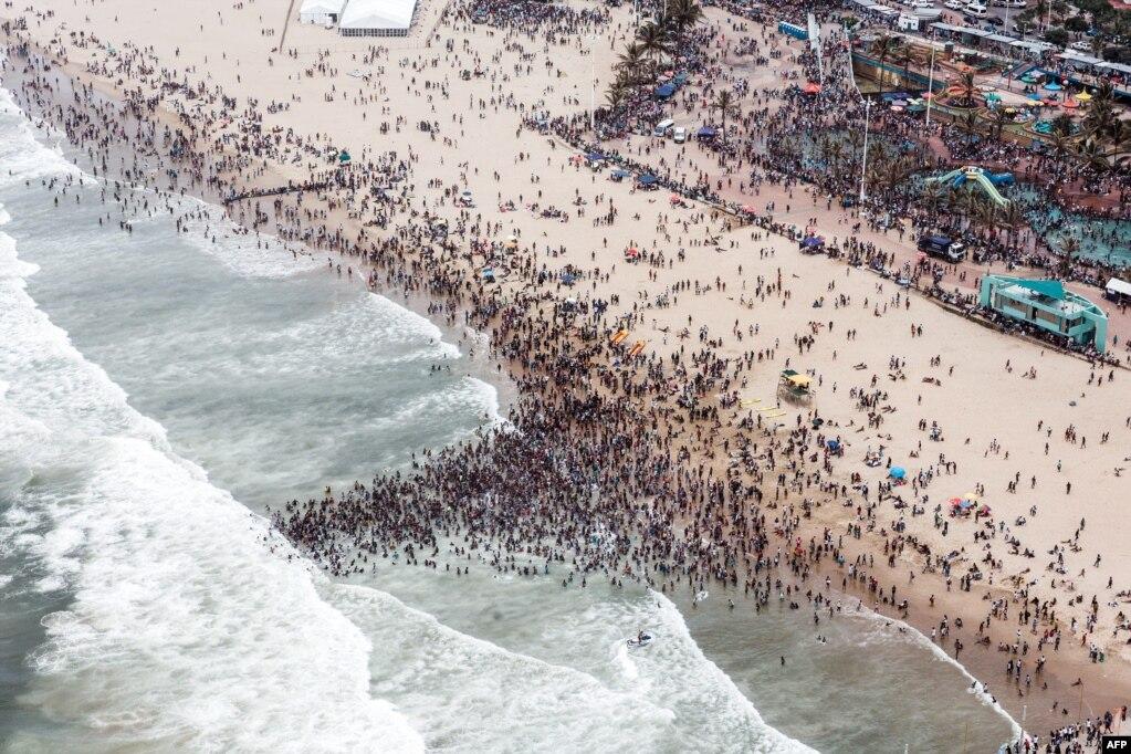 신년행사가 열리는 남아프리카 공화국 더반 해변에 시민들이 모여있다.