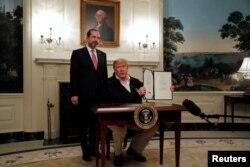 美国总统特朗普在白宫签署了国会通过的紧急抗疫拨款法案。(2020年3月6日)