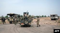 Des soldats de la 7ème division de l'armée nigériane sur un carrefour à Damboa, dans l'Etat de Borno, au nord-est du Nigeria, le 25 mars 2016.