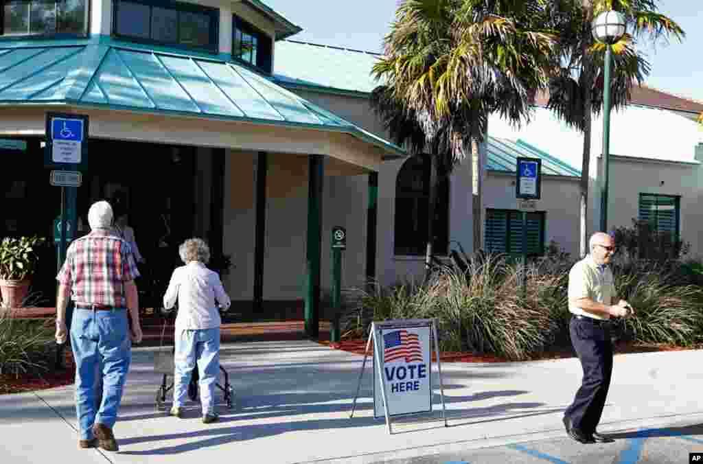 """1月31号,佛罗里达州博卡•拉顿市的选民在参观设在""""糖沙公园""""里的投票站。(Reuters)"""