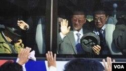 在金剛山渡假地短暫團聚後,南韓人在大巴上同北韓親人依依惜別。(2010年11月5日 資料照)