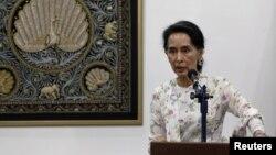 Pemimpin de facto Myanmar Aung San Suu Kyi dalam konferensi pers di Naypyitaw, Myanmar, 22 Mei 2016 (Foto: dok).