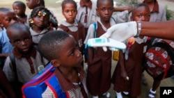 尼日利亞學童接受體溫測試﹐以控制波拉疫情。