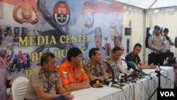 Tim DVI Polda Jawa Timur memberikan keterangan terkait perkembangan identifikasi korban kecelakaan pesawat AirAsia QZ8501. (VOA/Petrus Riski)