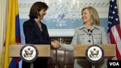 La secretaria de Estado Hillary Clinton saluda a la canciller de Colombia, María Ángela Holguín, como una muestra de los muchos compromisos con el Hemisferio Occidental