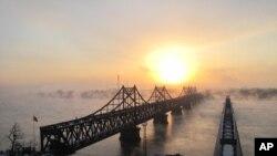 中国北韩之间的鸭绿江大桥,对岸为北韩新义州