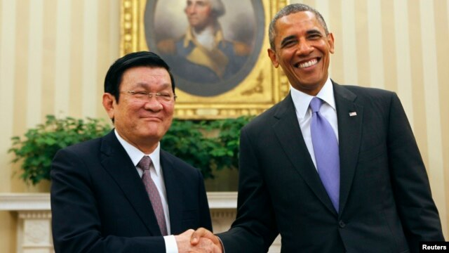U.S. President Barack Obama (R) shakes hands with Vietnam's President Truong Tan Sang in the Oval Office of the White House, July 25, 2013.