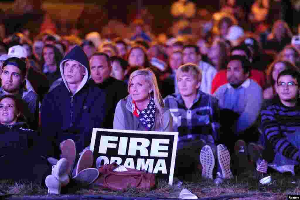 Jessica Johnston (tenant une pancarte) a regardé le débat en plein air